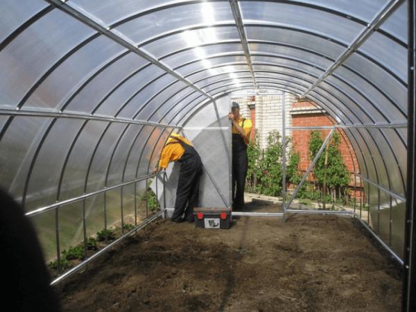 как укрепить теплицу из поликарбоната к земле